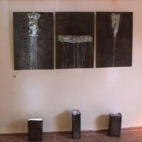 Triptichon, 70x100, vászon, kerámia dobozok, led fények, festmény installáció